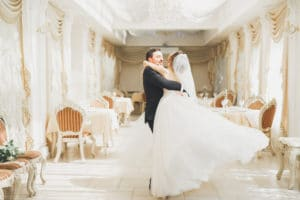un couple de mariés cible clients wedding planner